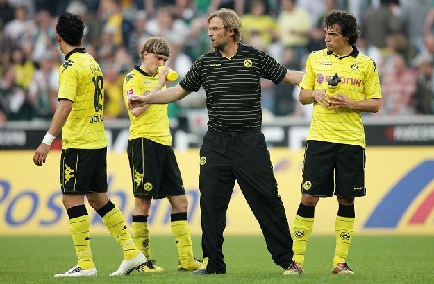 Trener Borussi Dortmund Juergen Klopp (w środku) załamany po porażce swego zespołu. /PAP/EPA