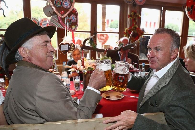 Trener Carlo Ancelotti (z lewej) i szef Bayernu Karl-Heinz Rummenigge mogą być zadowoleni z transferu /AFP
