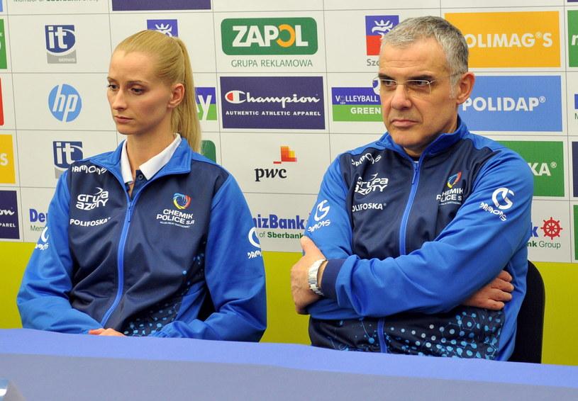 Trener Chemika Police Giuseppe Cuccarini i jego zawodniczka Anna Werblińska podczas piątkowej konferencji prasowej /Marcin Bielecki /PAP