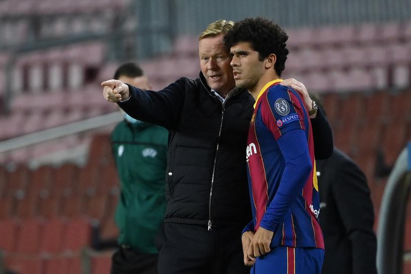 Trener FC Barcelona Ronald Koeman i Carles Alena /LLUIS GENE /AFP