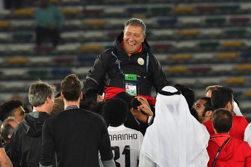 Trener Henk ten Cate na ramionach swoich piłkarzy po wygranej w ćwierćfinale /AFP