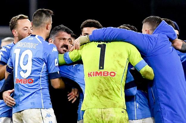 Trener i zawodnicy Napoli cieszą się ze zwycięstwa nad Juventusem /CIRO FUSCO /PAP/EPA