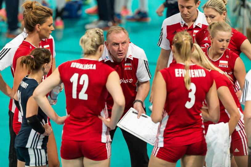 Trener Jacek Nawrocki z polskimi siatkarkami /Maciej Kulczyński /PAP