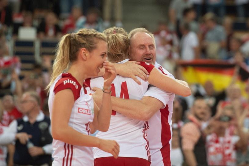 Trener Jacek Nawrocki z polskimi siatkarkami /Grzegorz Michałowski /PAP