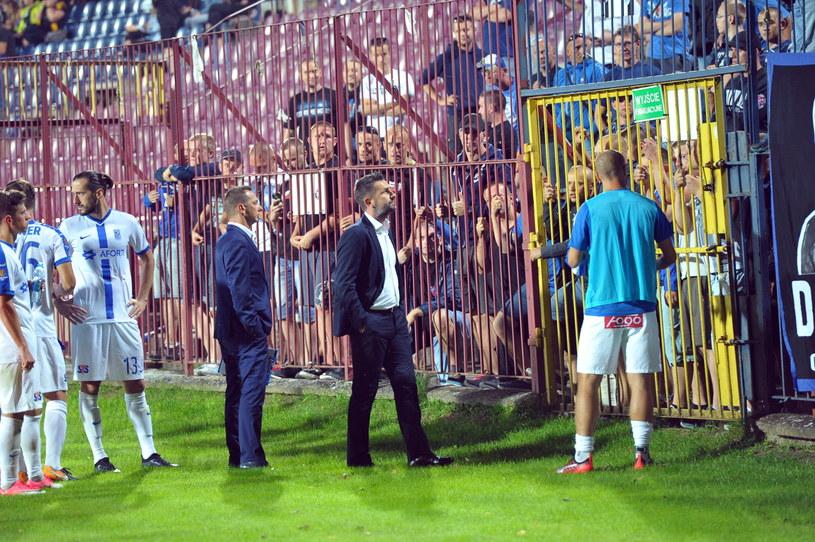 Trener Lecha Poznań Nenad Bjelica musiał wysłuchać niezadowolonych kibiców po porażce z Pogonią Szczecin /Marcin Bielecki /PAP