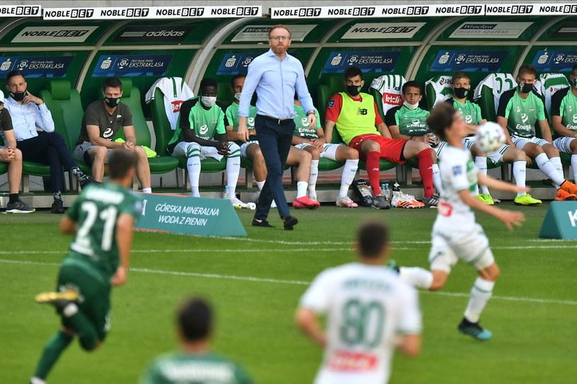 Trener Lechii Piotr Stokowiec (w głębi) podczas meczu ze Śląskiem Wrocław / Maciej Kulczyński    /PAP