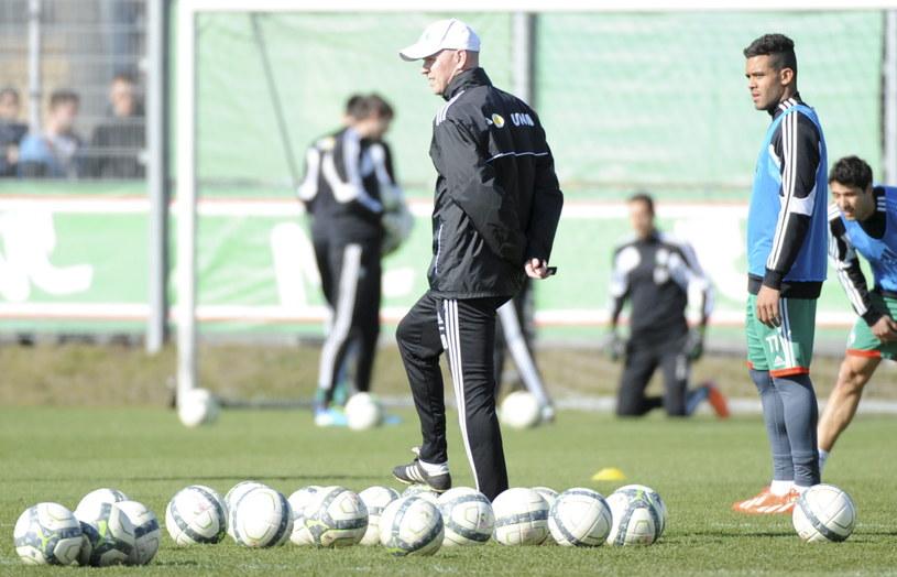 Trener Legii Henning Berg podczas treningu przed meczem z Wisłą /Fot. Bartłomiej Zborowski /PAP