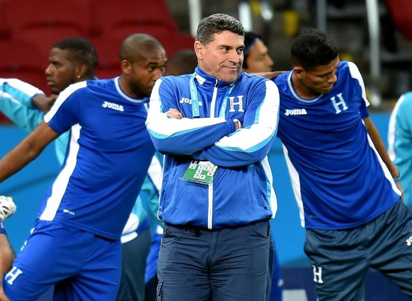 Trener Luis Suarez ze swoimi piłkarzami /AFP