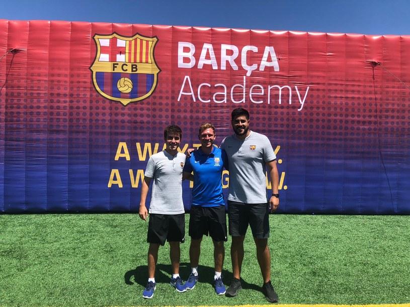 Trener Mateusz Paturaj (w środku) wraz z Victorem Quesadą (dyrektorem Barca San Diego) oraz jednym z trenerów Barca Academy /archiwum prywatne