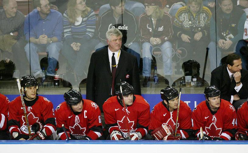 Trener Pat Quinn z kokeistami Kanady podczas igrzysk 2002 w Salt Lake City /AFP