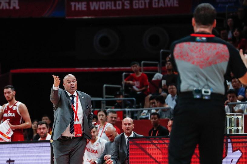 Trener Polaków Mike Taylor gestykuluje podczas meczu z Chinami /PAP/EPA