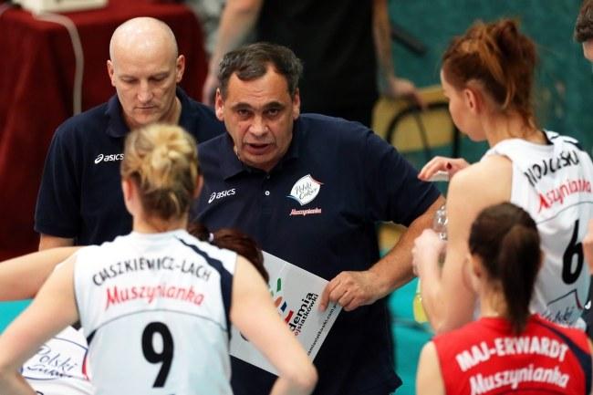 Trener Polskiego Cukru Muszynianki Bogdan Serwiński ze swoimi siatkarkami /Grzegorz Momot /PAP