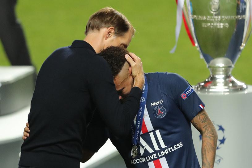 Trener PSG Thomas Tuchel pociesza Neymara po przegranym finale Ligi Mistrzów /AFP