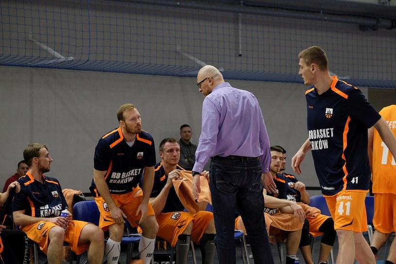 Trener R8 Basket, Rafał Knap udziela wskazówek swoim podopiecznym /Paweł Krawczyk /INTERIA.PL