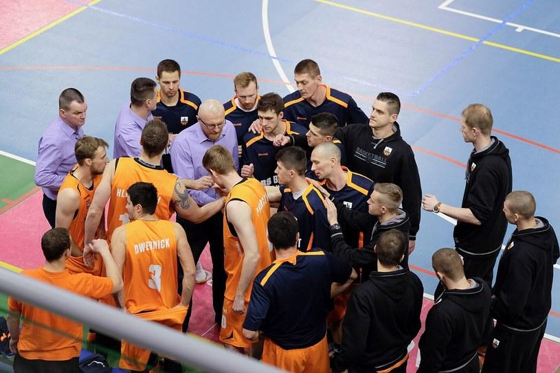 Trener R8 Basket Rafał Knap (w środku) ze swoimi zawodnikami /Paweł Krawczyk /INTERIA.PL