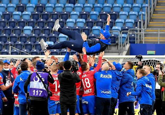 Trener Rakowa Częstochowa Marek Papszun (góra) cieszy się z piłkarzami ze zwycięstwa. Raków Częstochowa po raz pierwszy w historii zdobył piłkarski Puchar Polski /Wojtek Jargiło /PAP