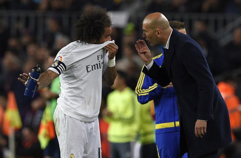Trener Realu Madryt - Zinedine Zidane (z prawej) podczas El Clasico na Camp Nou /AFP