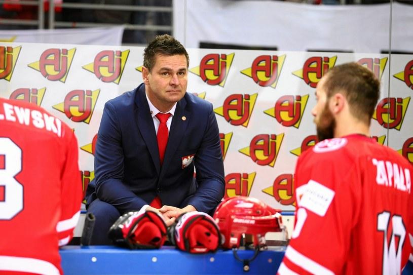 Trener reprezentacji Jacek Płachta z polskimi hokeistami /Jakub Ociepa /