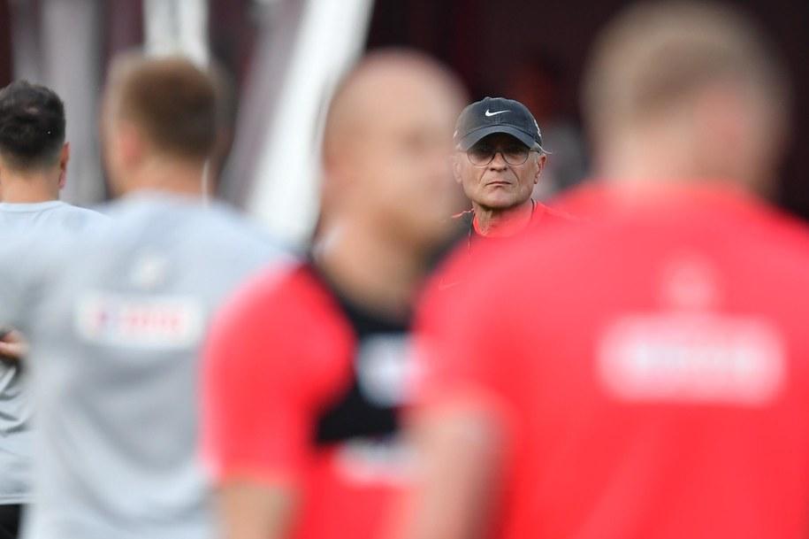 Trener reprezentacji Polski Adam Nawałka (tył) podczas treningu w Soczi /Bartłomiej  Zborowski /PAP