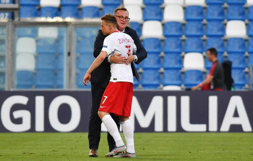 Trener reprezentacji Polski U-21 Czesław Michniewicz obejmuje strzela wyrównującej bramki w meczu z Belgią Szymona Żurkowskiego /PAP/EPA/ALESSIO TARPINI /PAP/EPA