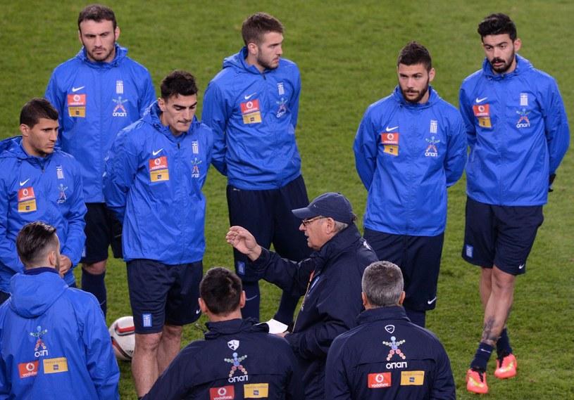 Trener Sergio Markarian z greckimi piłkarzami /AFP