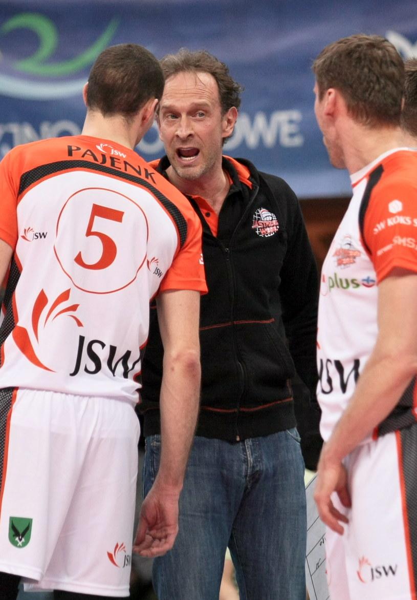 Trener siatkarzy Jastrzębskiego Węgla Lorenzo Bernardi ze swoimi zawodnikami /Lech Muszyński /PAP