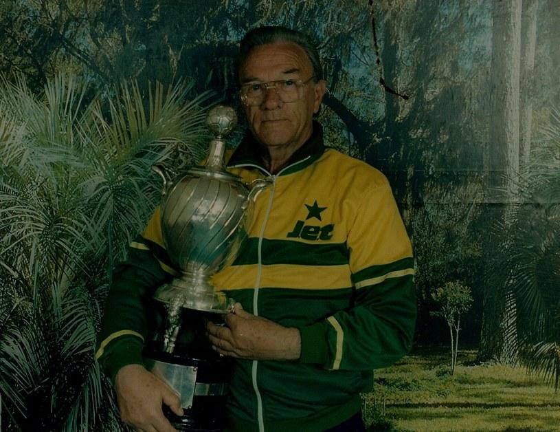Trener Stefan Żywotko z Pucharem Afryki. Fot. archiwum /
