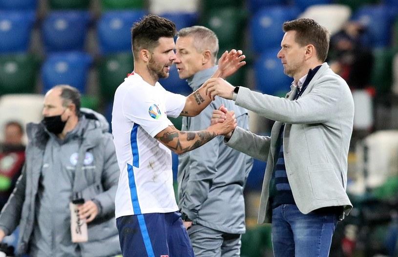 Trener Sztefan Tarkovicz (z prawej) i Michal Dżurisz po awansie Słowacji na Euro 2020. /AFP