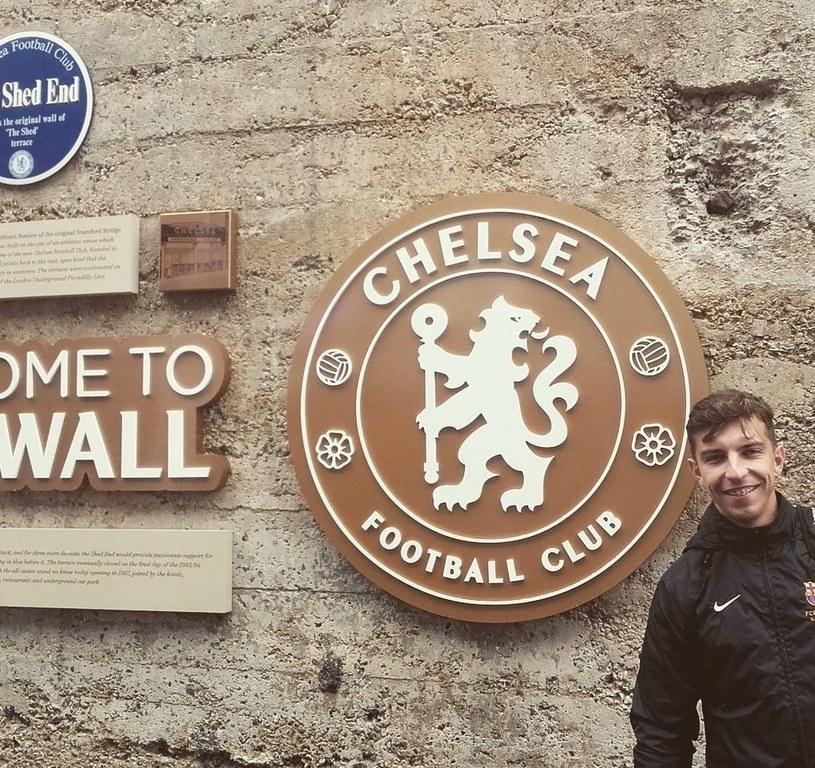 Trener Szymon Matyjasek przed stadionem Chelsea FC /Archiwum prywatne /
