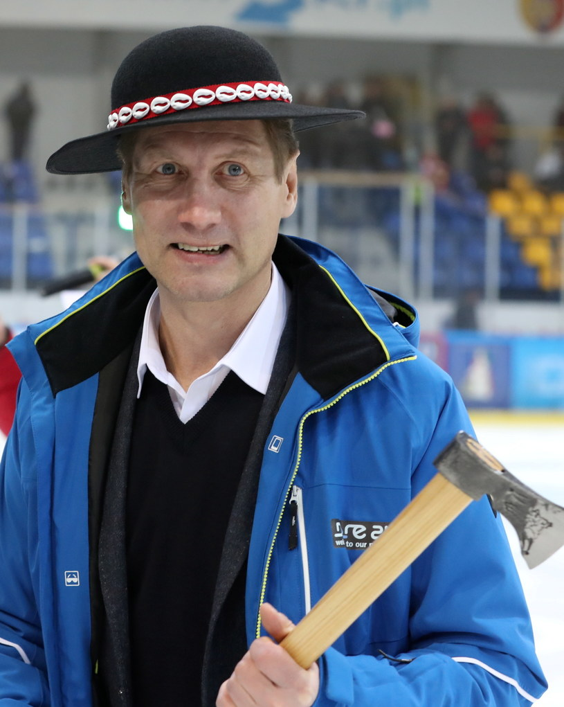 Trener TatrySki Podhala Aleksandrs Belavskis z ciupagą i góralski kapeluszem przed meczem z GKS-em Tychy. /Grzegorz Momot /PAP