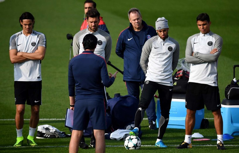 Trener Unai Emery (tyłem) i Neymar (drugi z prawej) na treningu PSG /AFP