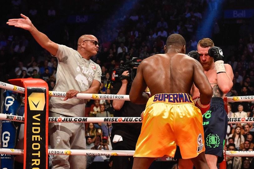 Trener Virgil Hunter poddaje Andrzeja Fonfarę w walce z Adonisem Stevensonem /AFP