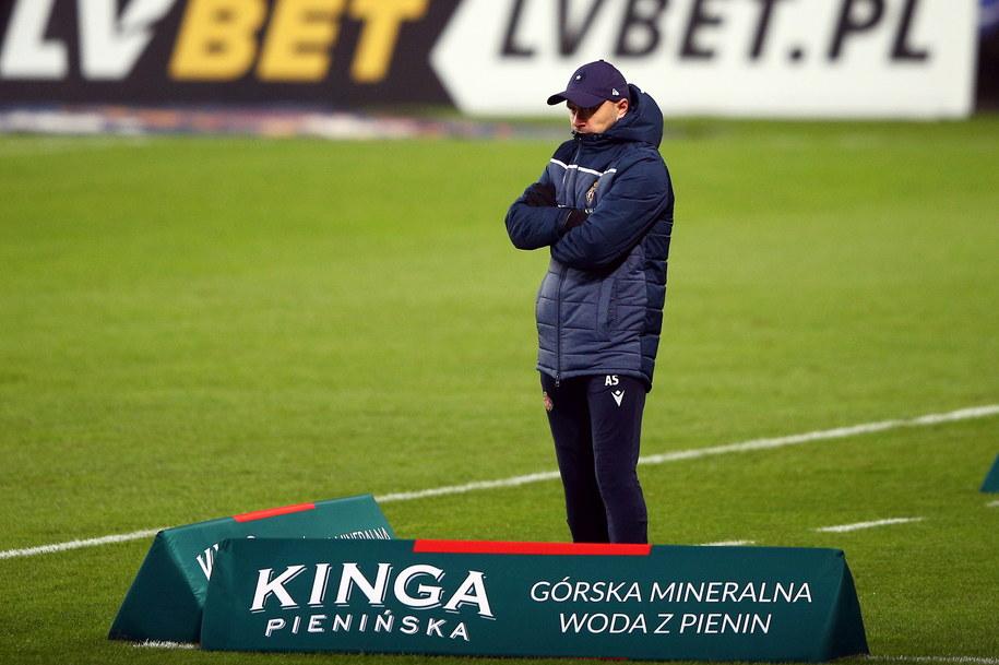 Trener Wisły Kraków Artur Skowronek podczas meczu 11. kolejki piłkarskiej Ekstraklasy z KGHM Zagłębiem Lubin /Łukasz Gągulski /PAP
