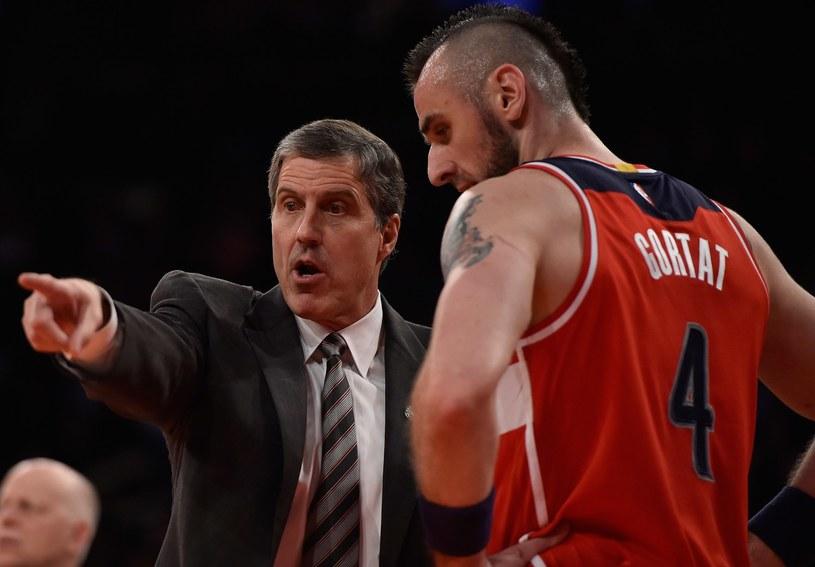 Trener Wizards Randy Wittman tłumaczy coś Marcinowi Gortatowi /AFP