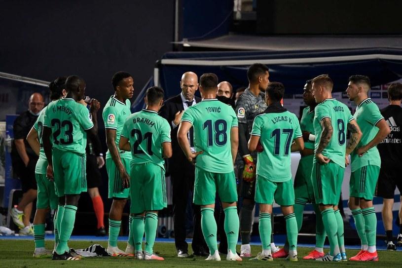 Trener Zinedine Zidane i piłkarze Realu /AFP