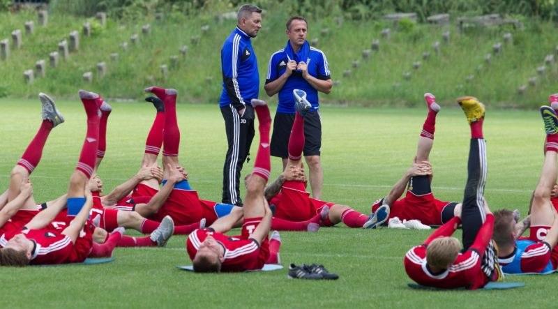 Trenerzy Górnika Józef Dankowski (C,L) i Robert Warzycha (C,P) podczas zajęć z drużyną w Zabrzu /Andrzej Grygiel /PAP