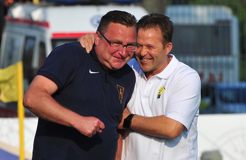 Trenerzy obu zespołów - Czesław Michniewicz (z lewej) i Jurij Szatałow (z prawej) nie kryli przed meczem, że darzą się sympatią /Marcin Bielecki /PAP