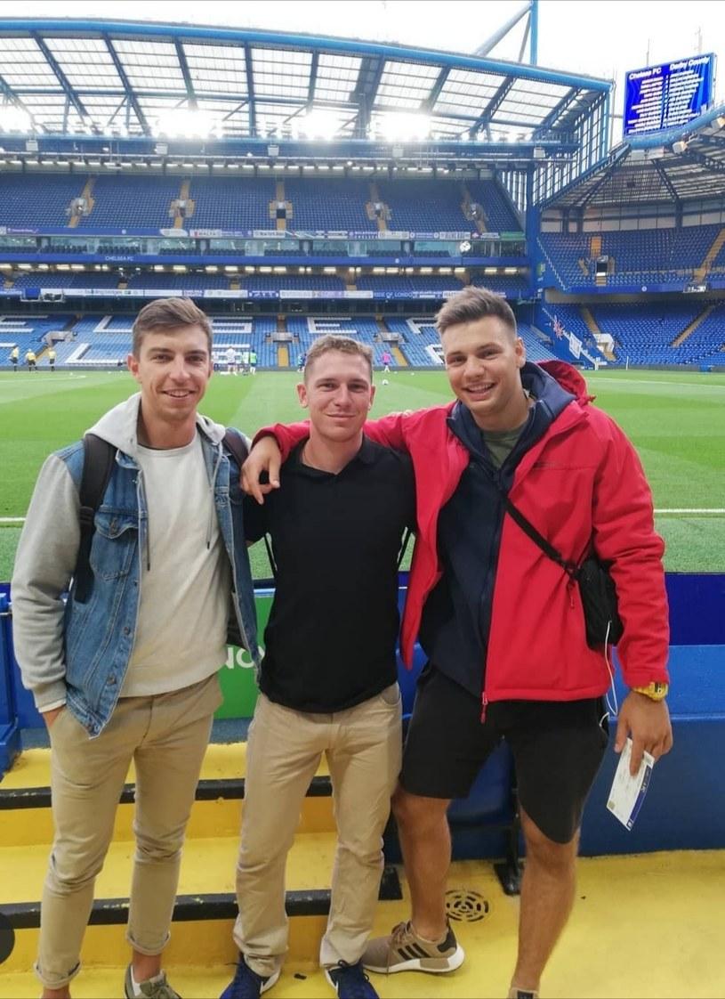 Trenerzy Szymon Matyjasek oraz Mateusz Paturaj (z lewej i w środku) oraz Mikołaj Łuczak ze Stali Rzeszów na stadionie Chelsea FC - Stamford Bridge