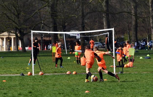 Trening piłkarski w Hyde Park'u /FACUNDO ARRIZABALAGA /PAP/EPA