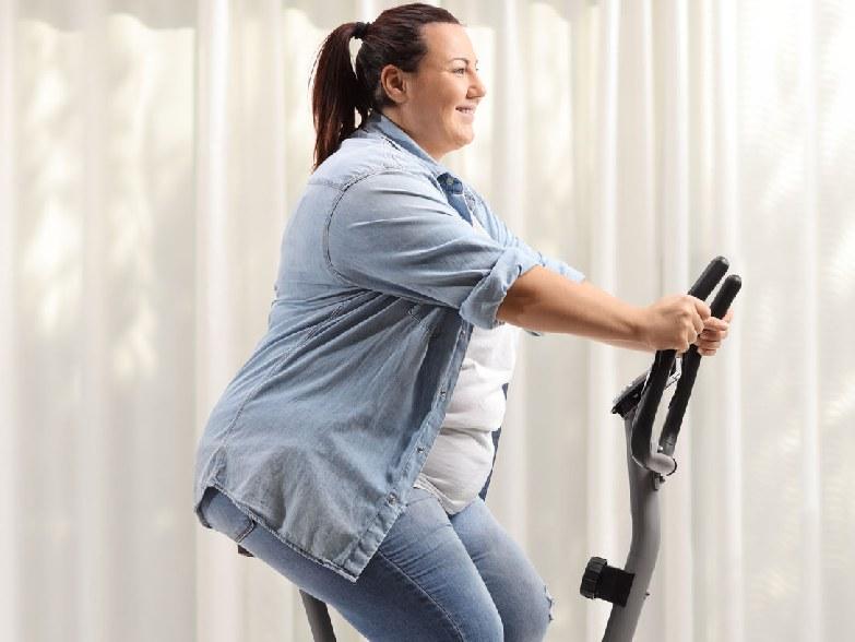Treningi HIIT na rowerku stacjonarnym poprawiają ogólną wydolność organizmu /123RF/PICSEL