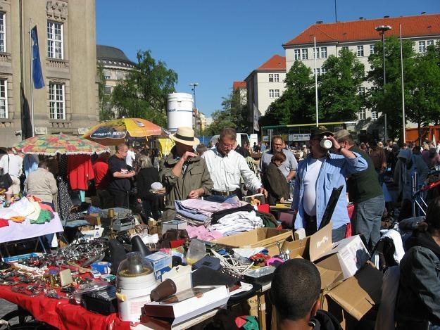 Trödelmarkt przed ratuszem w dzielnicy Schöneberg /Praca i nauka za granicą