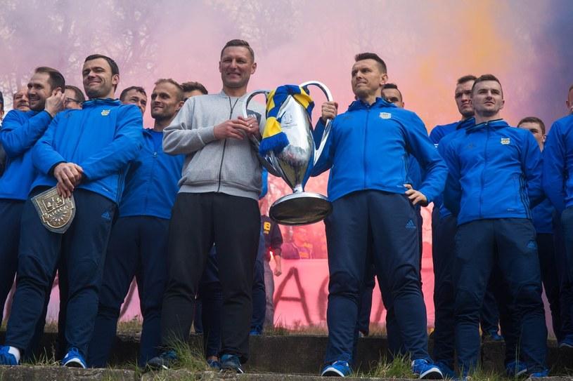 Trofeum za zwycięstwo w Pucharze Polski w rękach dwóch trenerów Arki - Grzegorza Nicińskiego i Leszka Ojrzyńskiego /Piotr Hukalo /East News