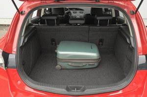 """""""Trójka"""" ma znacznie mniejszy bagażnik niż Civic: mieści on od 340 do 1360 I. /Motor"""