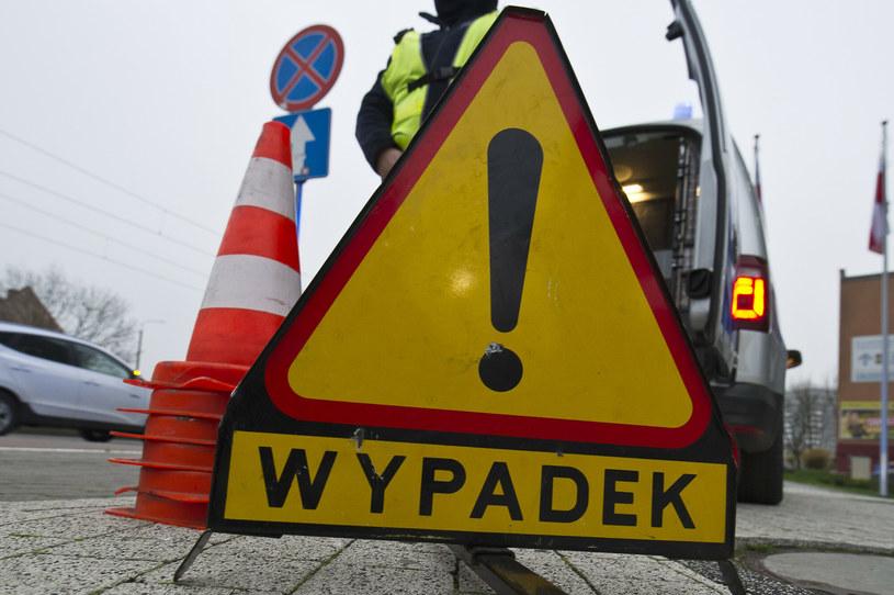 """Trójkąt ostrzegawczy z napisem """"wypadek"""", zdjęcie ilustracyjne /Stanislaw Bielski/REPORTER /Reporter"""