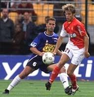 Troyes - Monaco 0:4. Tourenne z Troyes (z lewej) atakuje Farneruda