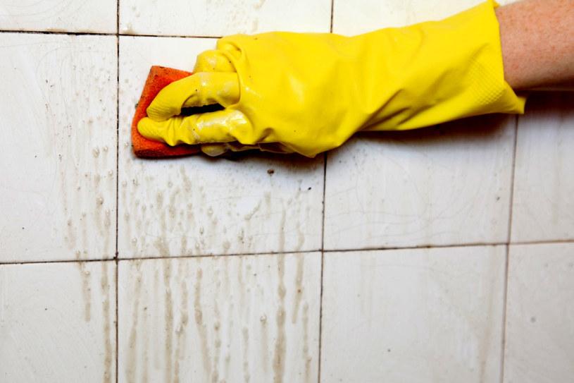 Trudne do zmycia plamy z glazury, wanny czy umywalki wyszorujmy papką z sody oczyszczonej i odrobiny wybielacza /123RF/PICSEL
