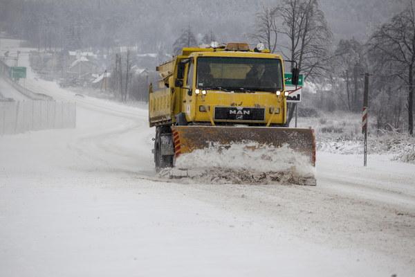 Trudne warunki drogowe po opadach śniegu w Kajetanowie (woj. świętokrzyskie)