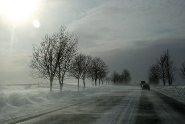 Trudne warunki na drodze krajowej numer 7 Warszawa-Gdańsk, na wysokości miejscowości Załuski. Silny wiatr nawiewa śnieg z pól, jezdnia jest oblodzona.