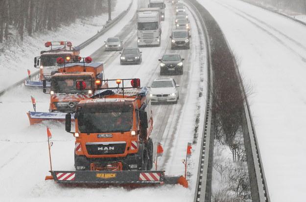 Trudne warunki na drogach panują m.in. w Niemczech /FOCKE STRANGMANN /PAP/EPA