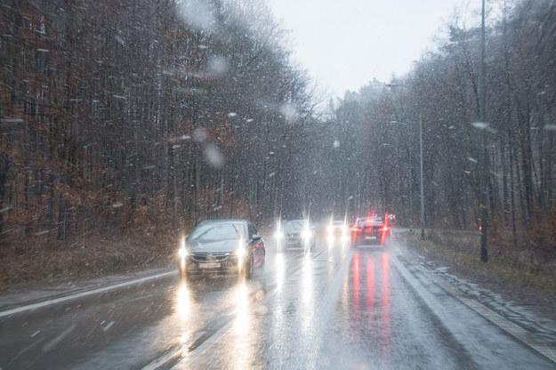 Trudne warunki na drogach w związku z opadami śniegu /Wojciech Strozyk/ /Reporter
